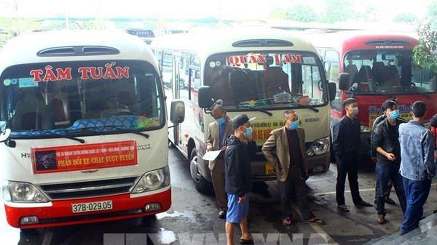 Nhiều xe tuyến vận tải cố định ở Nghệ An dừng chạy phản đối xe dù