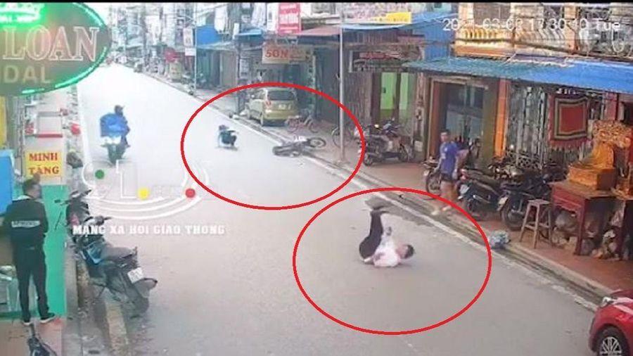 Clip: Nam sinh điều khiển xe máy với tốc độ cao, tông người đàn ông đi bộ ngã văng xuống đường