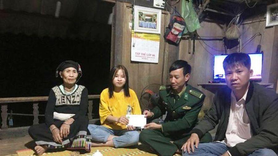 Đồn Biên phòng Bát Mọt trao học bổng Chương trình 'Nâng bước em tới trường' và quà cho người tham gia bảo vệ cột mốc biên giới