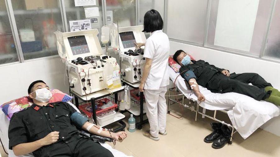 Chiến sĩ công an hiến máu cứu người