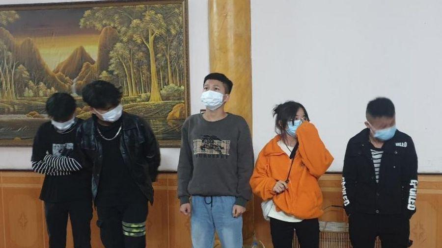 Tạm giữ tài xế chở 5 người Trung Quốc nhập cảnh trái phép