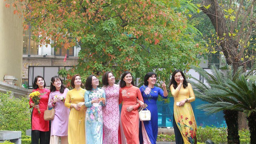 Phụ nữ Công an Thủ đô thướt tha với áo dài truyền thống