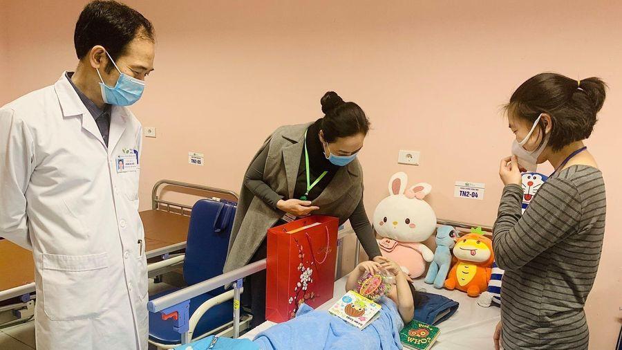Bé gái rơi từ tầng 13 chung cư đã ổn định, được ra viện