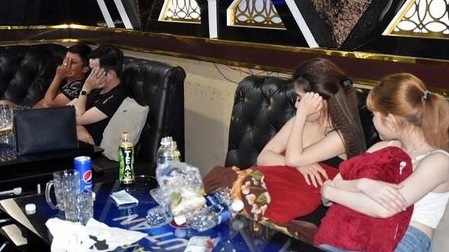 Bắt quả tang 37 nam, nữ biến quán karaoke, khách sạn thành nơi 'thác loạn' ma túy