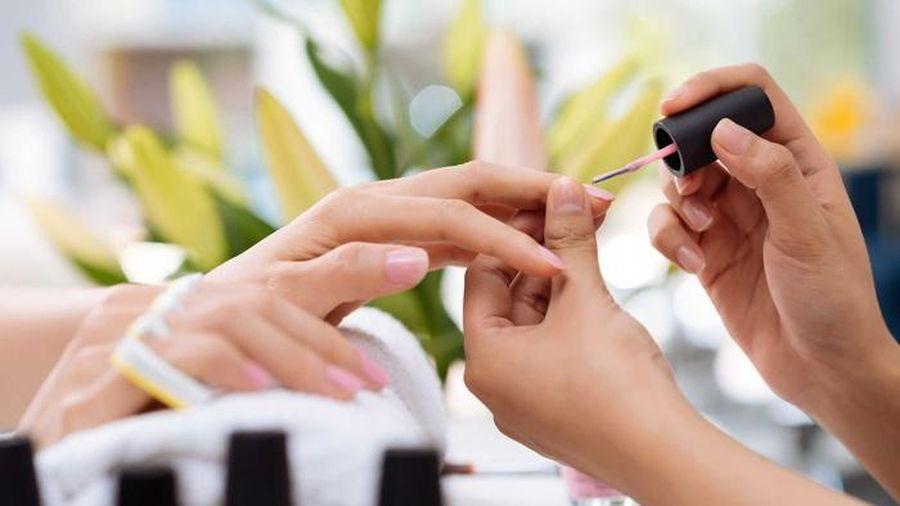 Làm nail quá nhiều khiến móng tay vàng khè dễ gãy, hãy cấp cứu bằng 4 mẹo sau