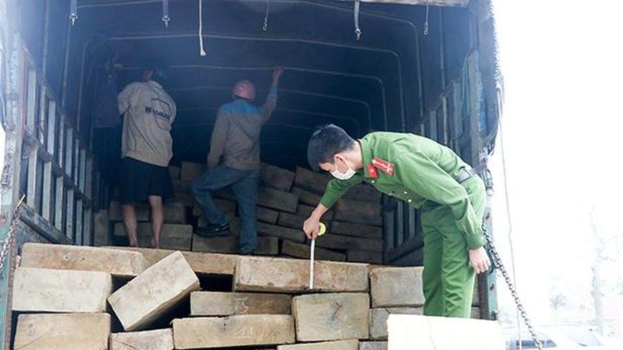 Bắt giữ xe tải vận chuyển 10m³ gỗ không rõ nguồn gốc qua Hà Tĩnh