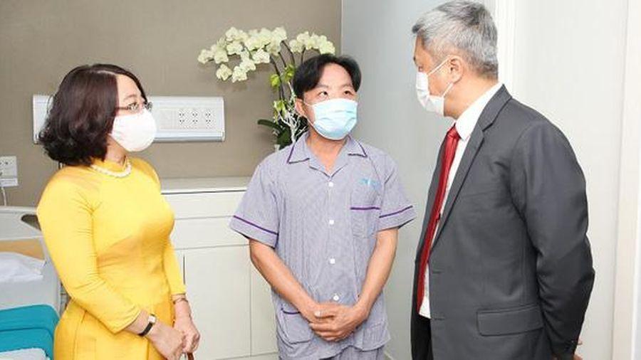 Bộ Y tế tặng bằng khen êkíp phẫu thuật thành công cho chàng trai bị bệnh hiếm
