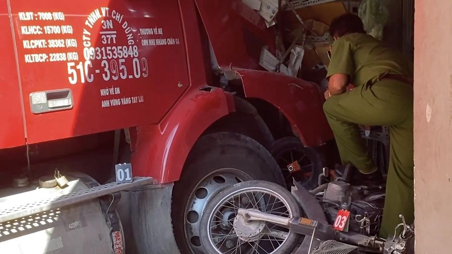 'Hung thần' container lao vào nhà dân tông chết người TP. HCM