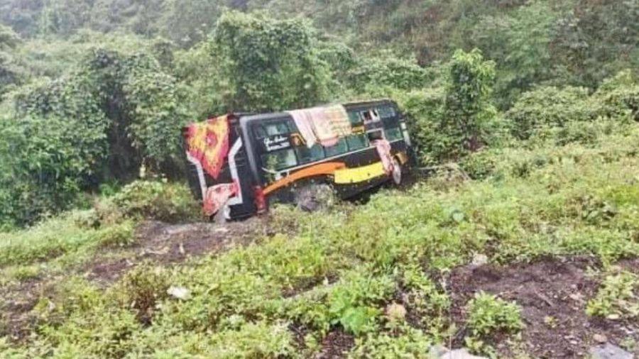 Xe khách chở 22 người mất lái lao xuống vực, 2 người bị thương