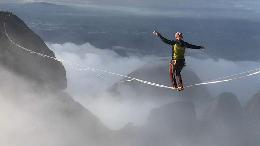 Nghẹt thở xem người đàn ông đi trên dây giữa hai đỉnh núi cao chót vót