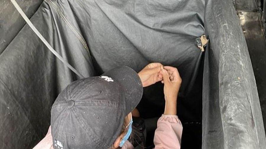 2 phụ nữ trốn trong thùng xe khi qua chốt kiểm dịch