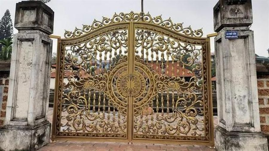 Lạ lùng cổng biệt thự kiểu Tây tại đình di tích