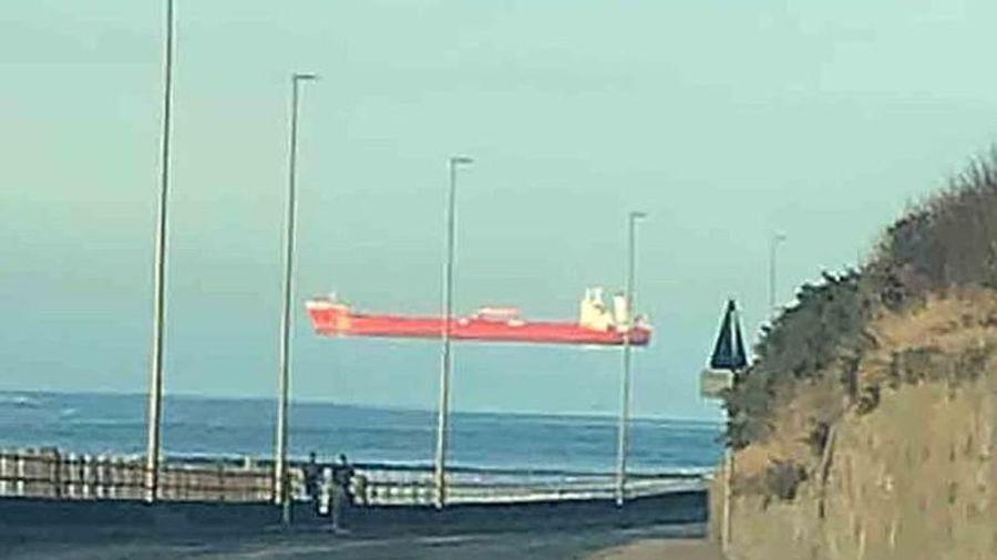 Cảnh con tàu khổng lồ 'trôi lơ lửng' trên đường chân trời