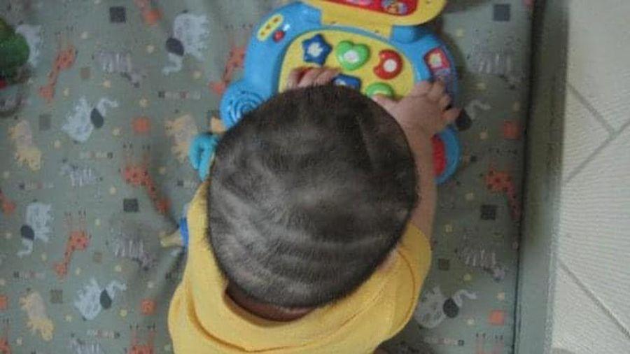 Cười ngất khi bố mẹ 'chơi lớn', tự tay cắt tóc cho con