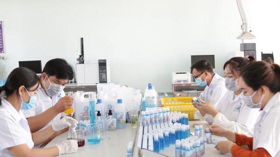 Trường ĐH Kiên Giang sản xuất gel rửa tay sát khuẩn phòng chống dịch