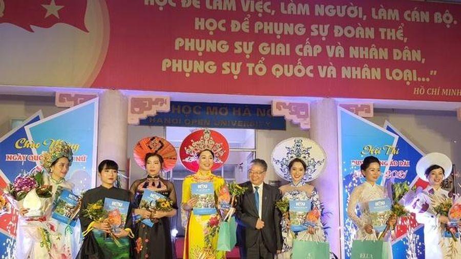 Đặc sắc màn trình diễn áo dài của nữ cán bộ, giảng viên Trường ĐH Mở Hà Nội