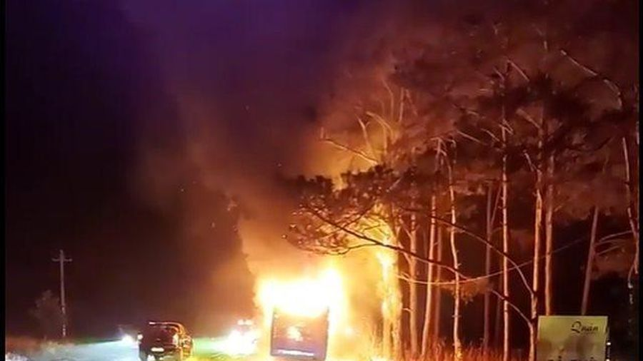 Xe khách giường nằm bốc cháy dữ dội, hành khách hoảng hốt tháo chạy