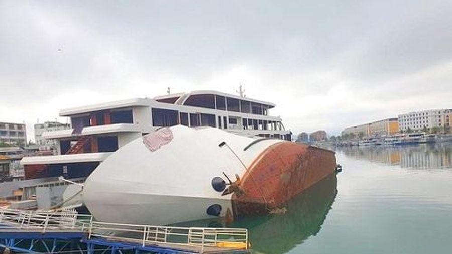 Thủy thủ bỏ du thuyền lật ngang trong cảng Tuần Châu, bơi vào bờ thoát nạn