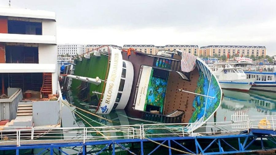 Du thuyền tiền tỷ lật ngang khi đang neo tại cảng Tuần Châu