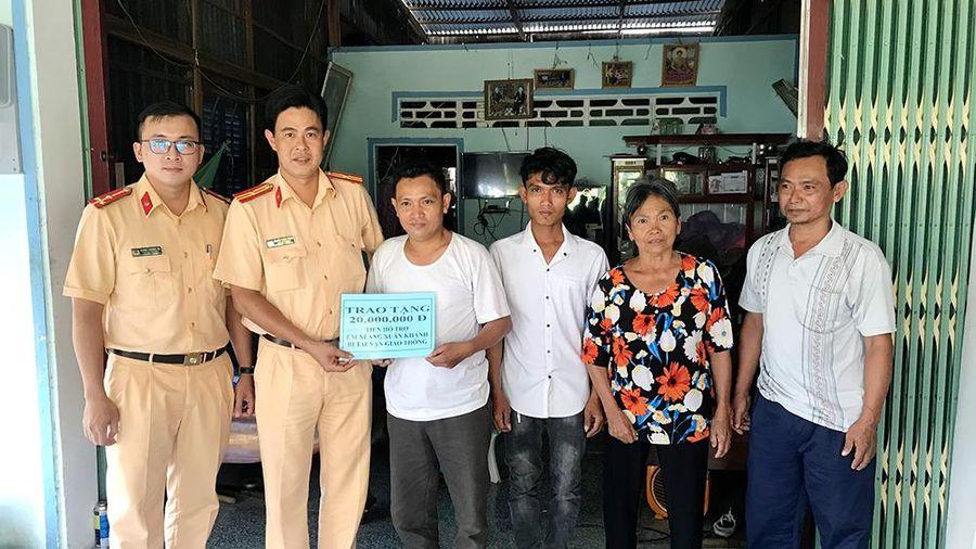 Trao tiền hỗ trợ cho em Neàng Xuân Khánh
