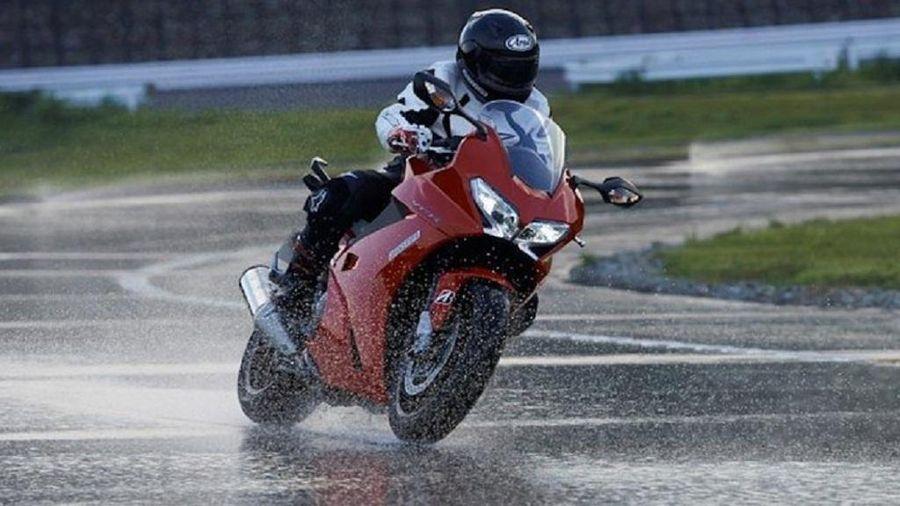 Cách phanh xe tránh trơn trượt khi trời mưa