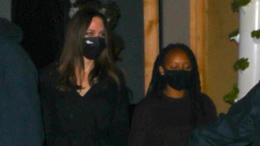 Angelina Jolie và con gái cưng được vệ sĩ hộ tống đi ăn tối