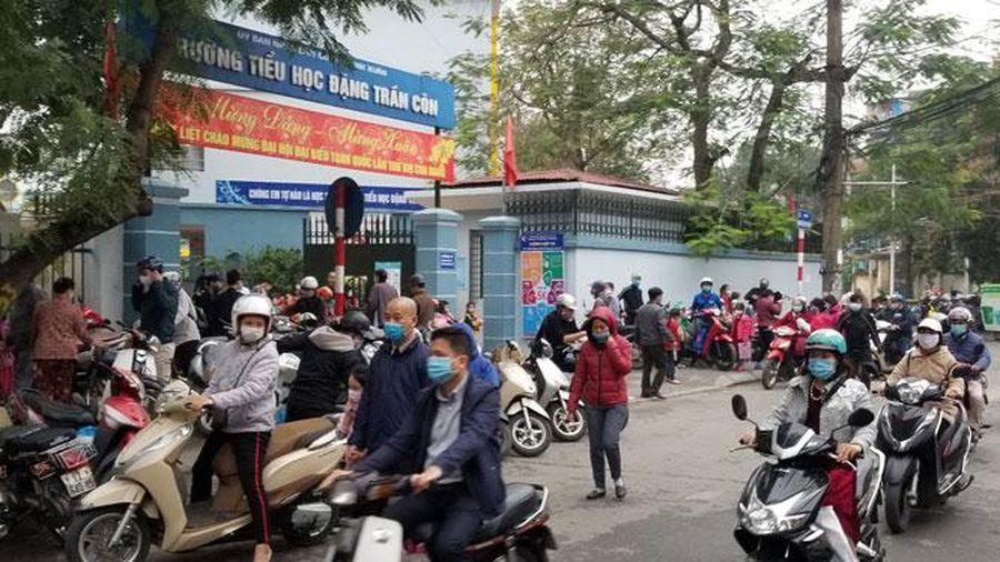 Vẫn ùn tắc giao thông nơi cổng trường