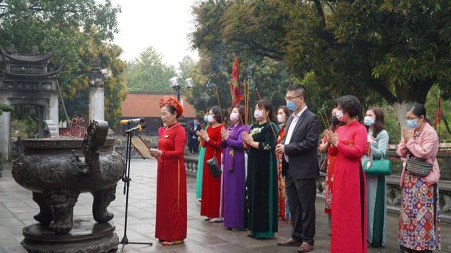 Hội Liên hiệp phụ nữ thành phố Hà Nội dâng hương tưởng nhớ các nữ anh hùng dân tộc