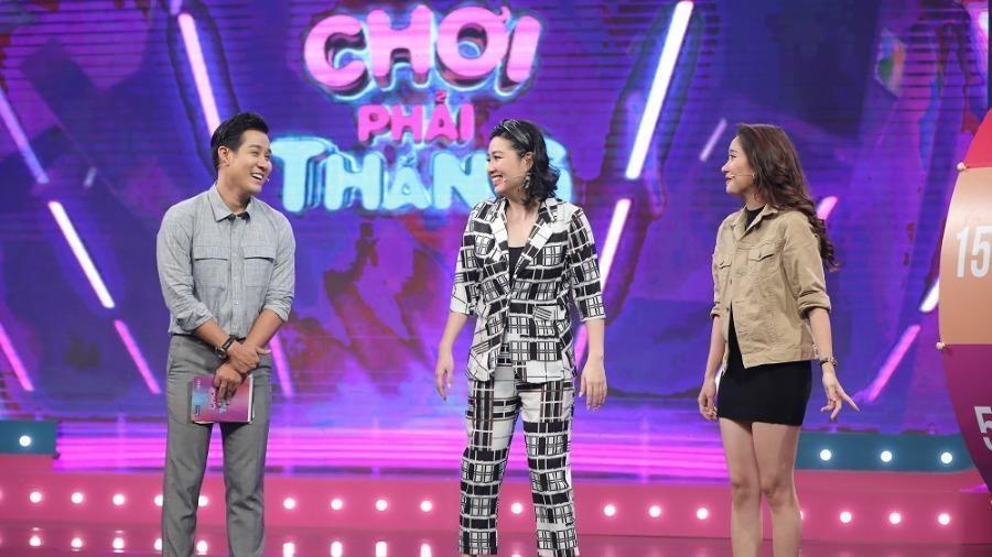 Lê Khánh tặng tiền cho nhân vật trước khi chơi gameshow
