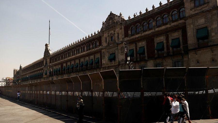 Đề phòng biểu tình ngày 8/3, Mexico dựng rào quanh dinh tổng thống
