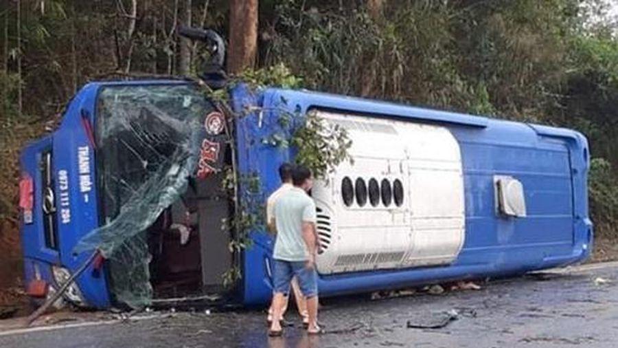 Lật xe khách, 19 người bị thương