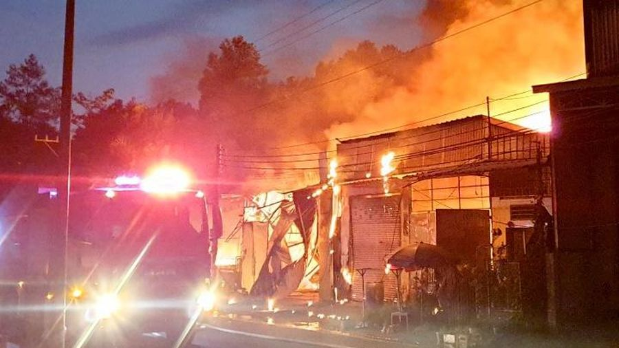 Cháy 5 ki-ốt và một căn nhà ở Bình Dương