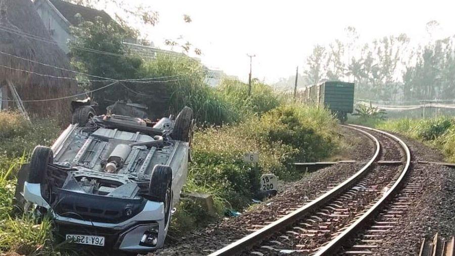 Tai nạn giao thông mới nhất hôm nay 7/3: Ô tô bị tàu hỏa húc bay khiến 3 người thương vong