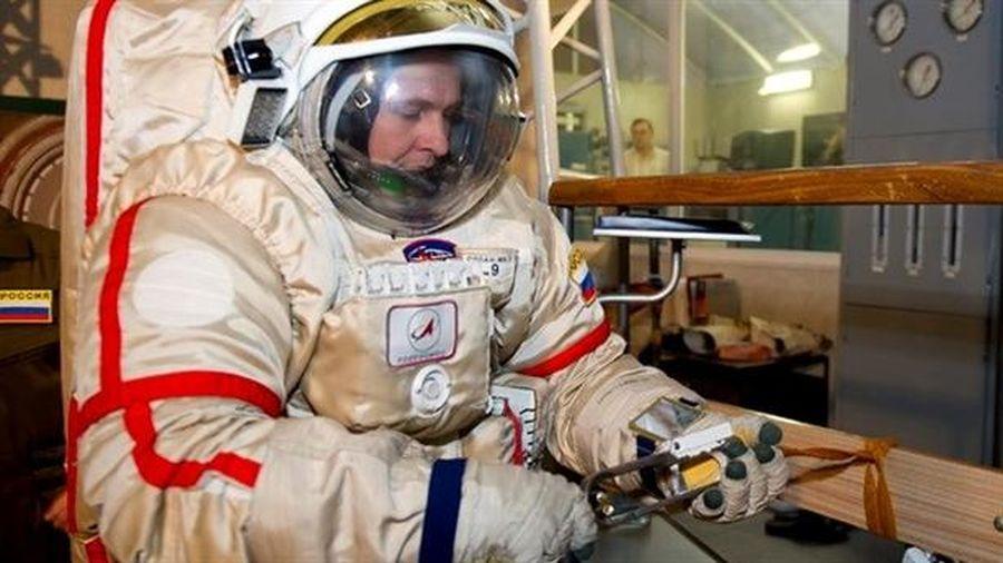 Phi hành gia châu Âu mặc trang phục Nga lên vũ trụ