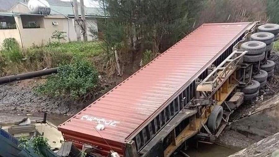 Xe container mất lái lao xuống mương, tài xế tử vong