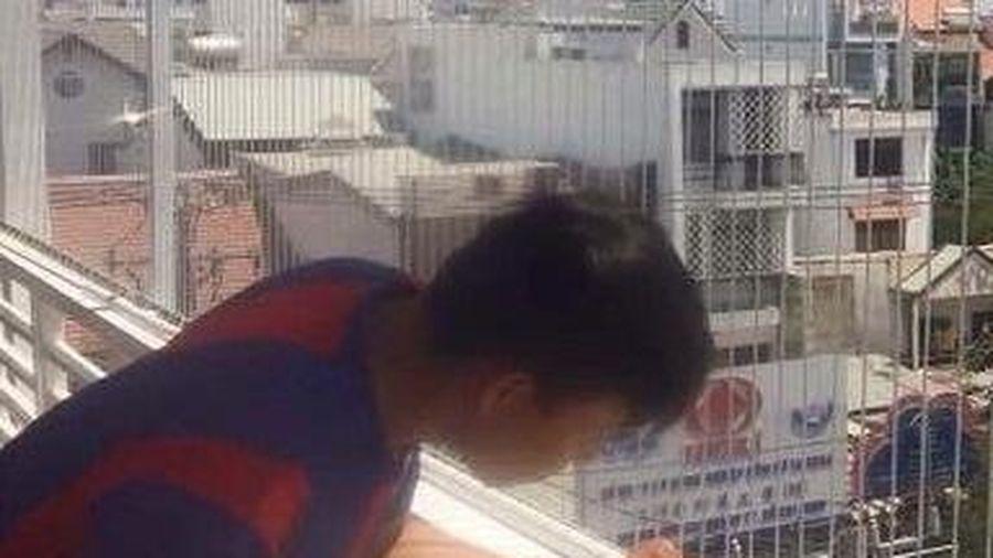 Bé gái rơi từ tầng 12 may mắn thoát chết: Nhiều lan can chung cư là cái 'bẫy' nguy hiểm