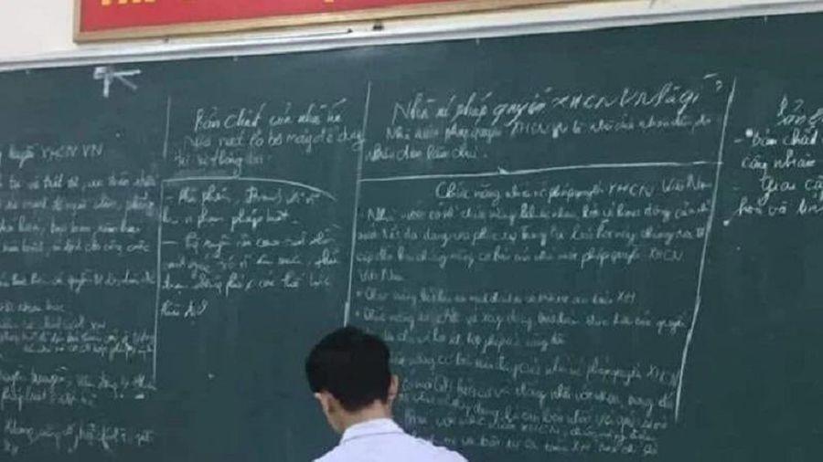 Lên bảng làm bài, nam sinh có hành động 'lạ' khiến dân mạng bất ngờ về độ 'chịu chơi'