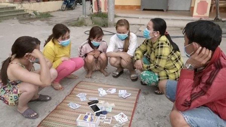 Phát hiện 7 đối tượng đánh bài ăn tiền ở An Giang