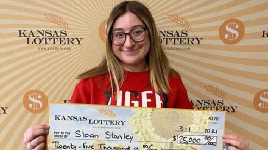 Ngỡ ngàng cô gái 18 tuổi trúng gần 580 triệu đồng ngay lần mua vé số đầu tiên