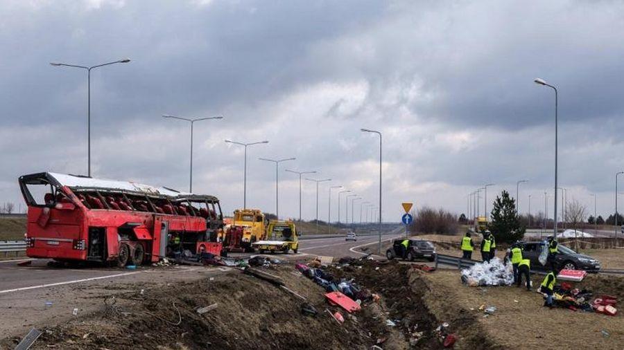 Xe buýt lao vào dải phân cách trên đường cao tốc, 45 người thương vong
