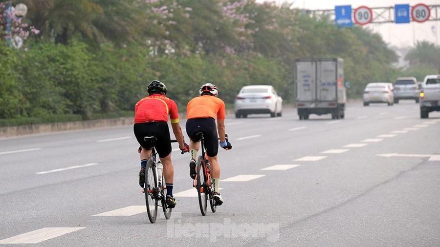 Lạnh gáy cảnh 'đua' xe đạp, lái ba gác trên đại lộ Võ Nguyên Giáp