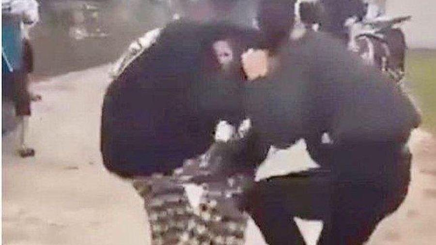 Yêu cầu báo cáo vụ 2 hai nữ sinh đánh nhau giữa đường