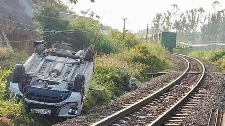 Tàu hỏa tông ô tô văng 10m, cháu bé 1 tuổi tử vong