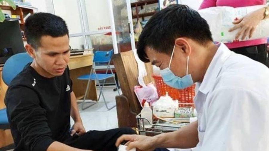 'Người hùng' Nguyễn Ngọc Mạnh băng bó ở tay: 'Tôi bị rạn ngón đeo nhẫn'