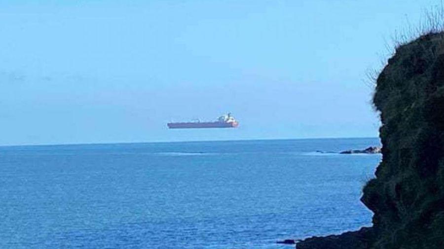 Kỳ lạ hình ảnh tàu chở dầu khổng lồ lơ lửng trên mặt biển