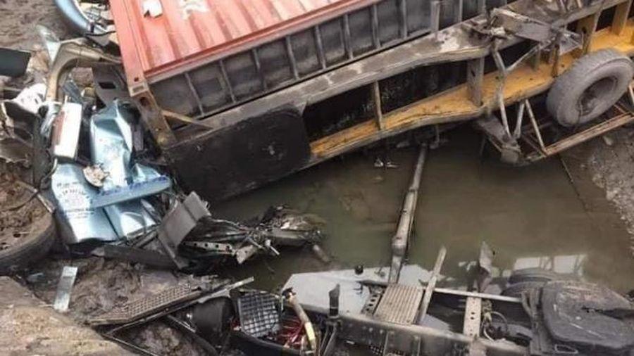 Quảng Ninh: Mất lái, xe đầu kéo đâm vào thành cống khiến tài xế tử vong