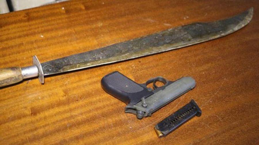 Hai nhóm giang hồ hẹn nhau đến quán nhậu, dùng kiếm và súng để giải quyết mâu thuẫn