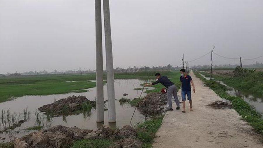 Công an vào cuộc vụ hai cháu nhỏ nghi đuối nước ở hố chôn cột điện