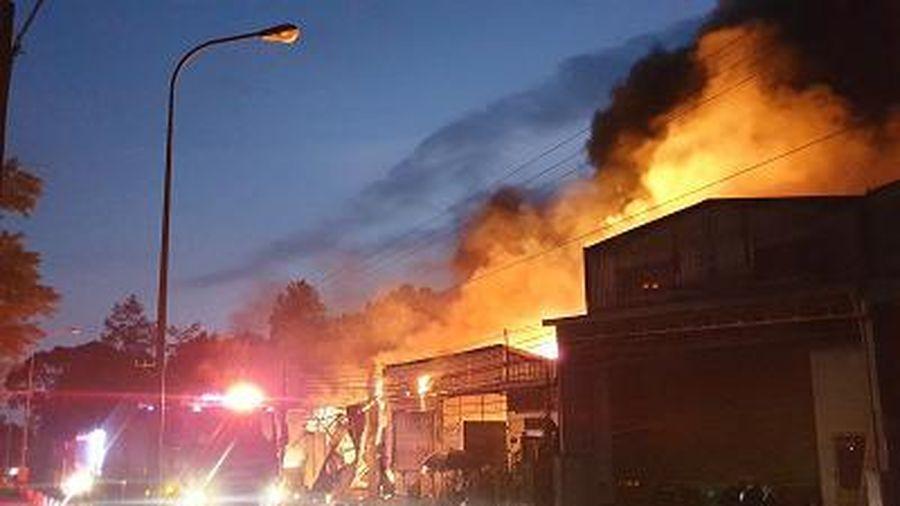 Cháy lớn thiêu rụi 3 xưởng và 3 ki ốt