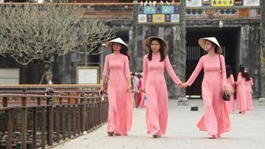 Mặc áo dài truyền thống được miễn vé tham quan Di sản Huế